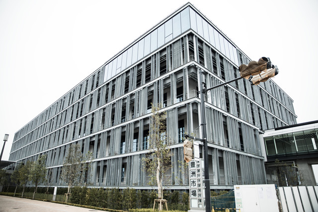豊洲市場の管理施設棟の写真