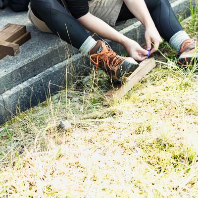 「木の杭に彫刻刀で文字を掘る登山者」の写真素材