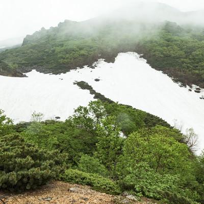 「雪が残る山間」の写真素材