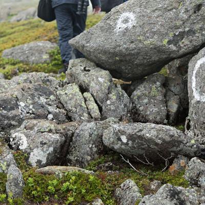 「岩場にマークされた登山道」の写真素材
