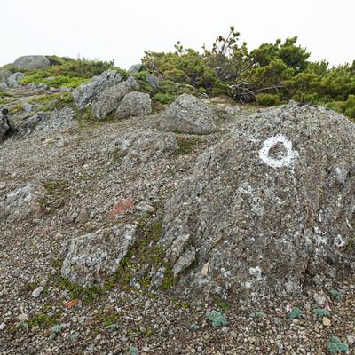 「登山ルートの目印が書かれた岩」の写真素材