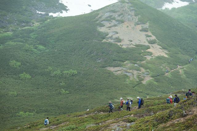 班ごとに下山する登山者の写真