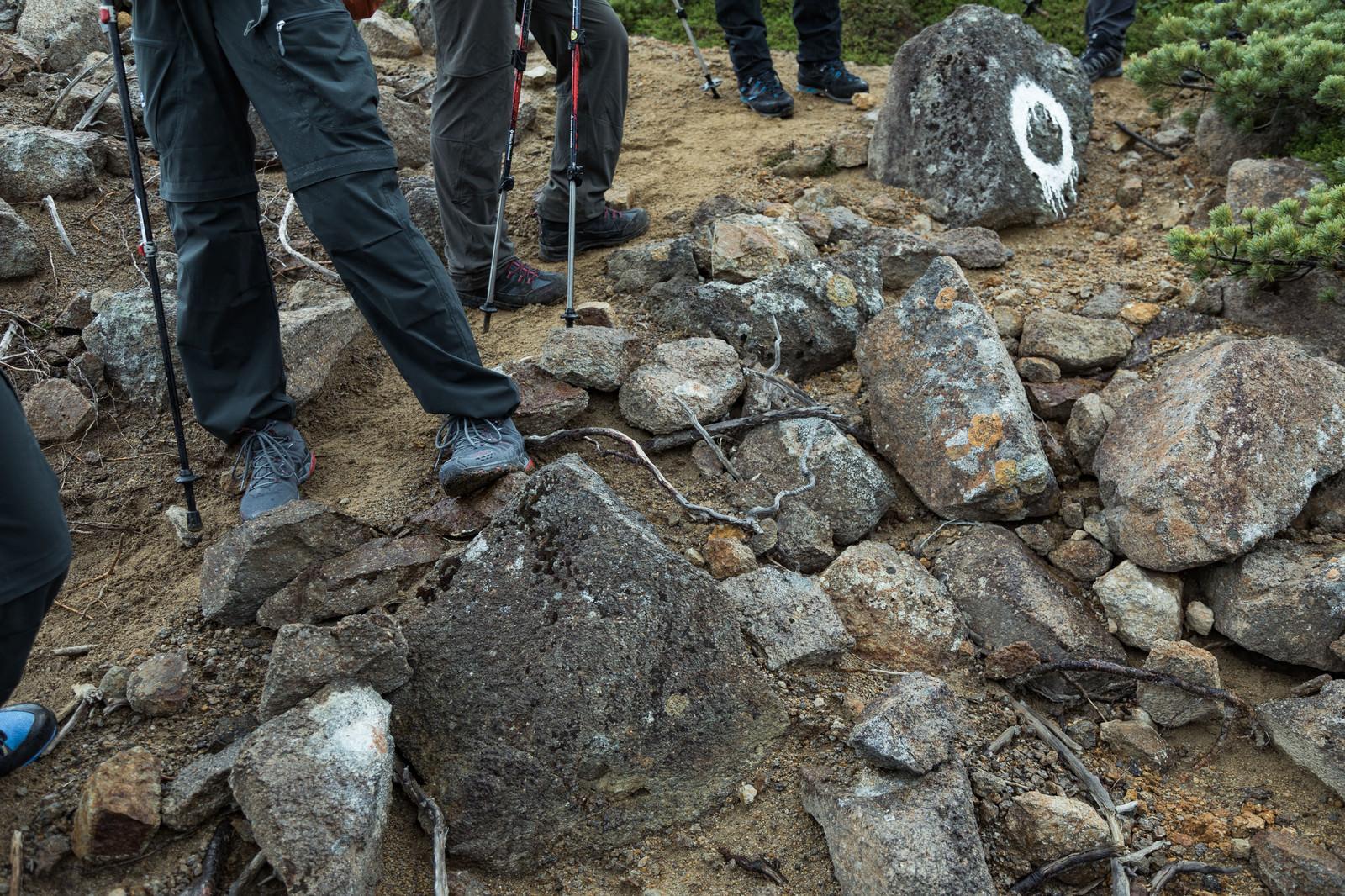 「岩場で休憩する登山家の皆さん(足元)」の写真