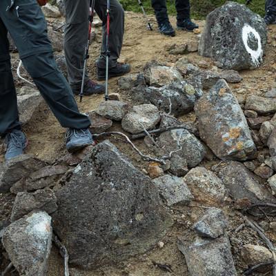 「岩場で休憩する登山家の皆さん(足元)」の写真素材