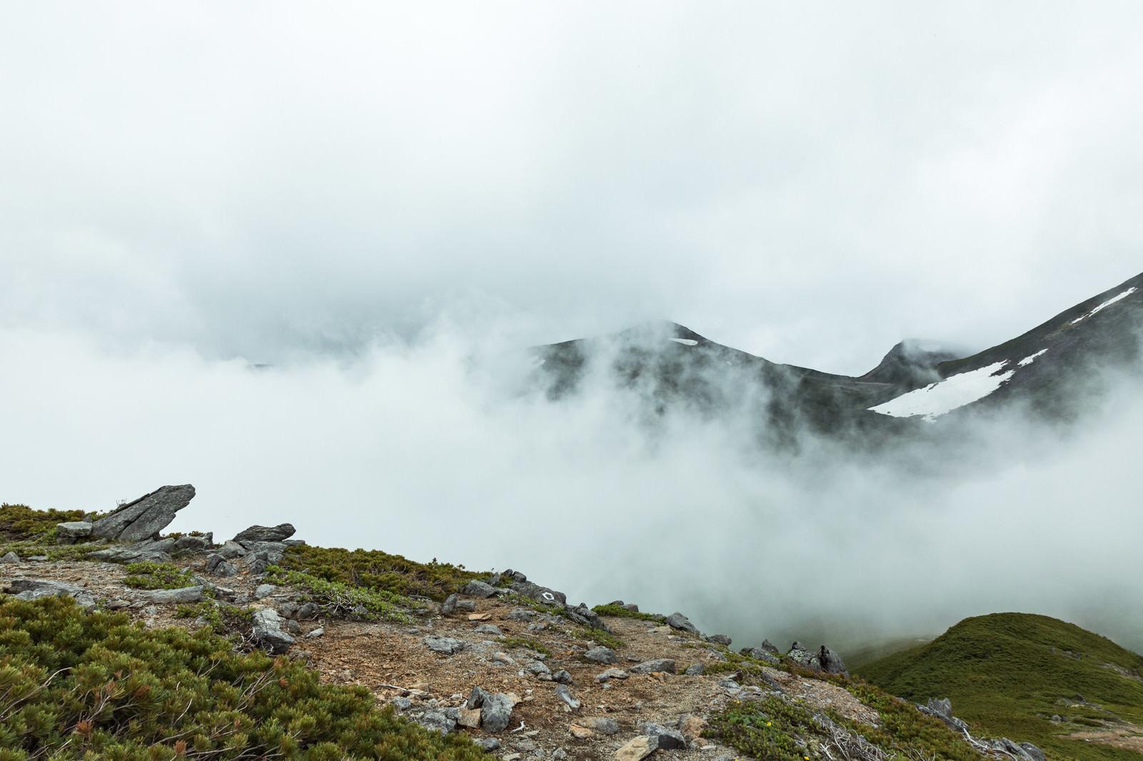 「硫黄岳山頂付近と霧」の写真