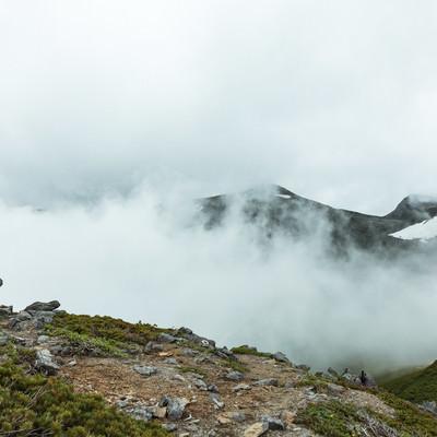 「硫黄岳山頂付近と霧」の写真素材
