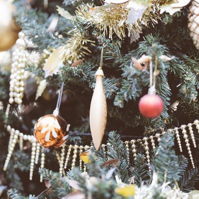 クリスマスツリーの小さな飾りの写真