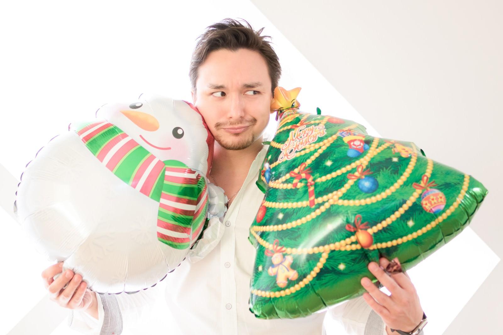「クリスマス用グッズを購入して雰囲気だけは楽しもうとする独身」の写真[モデル:Max_Ezaki]