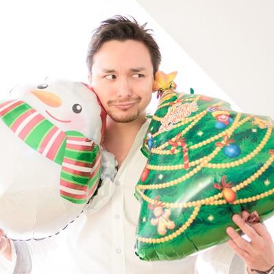 「クリスマス用グッズを購入して雰囲気だけは楽しもうとする独身」の写真素材