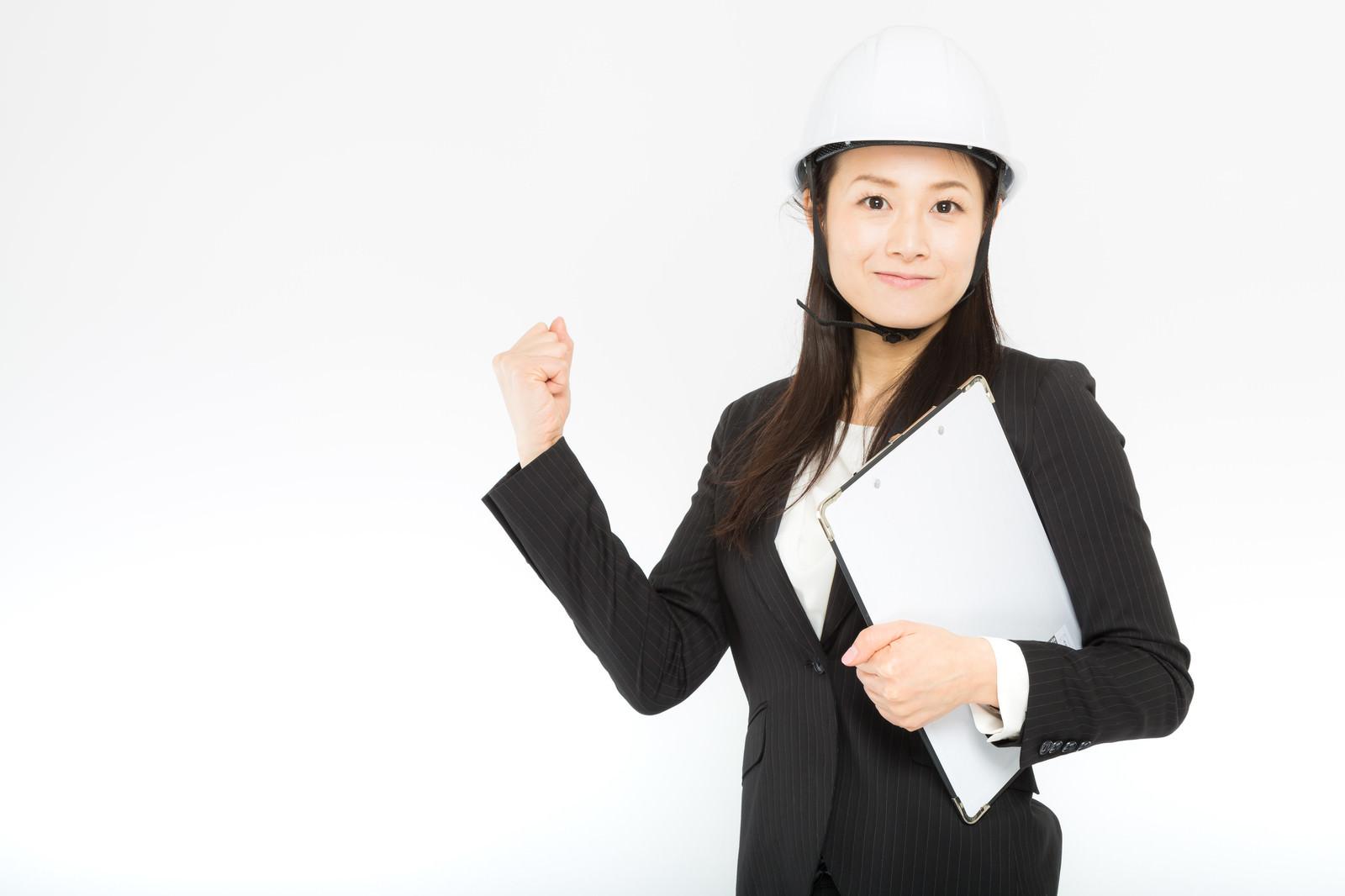 「現場で作業を行う背広組(女性)」の写真[モデル:土本寛子]