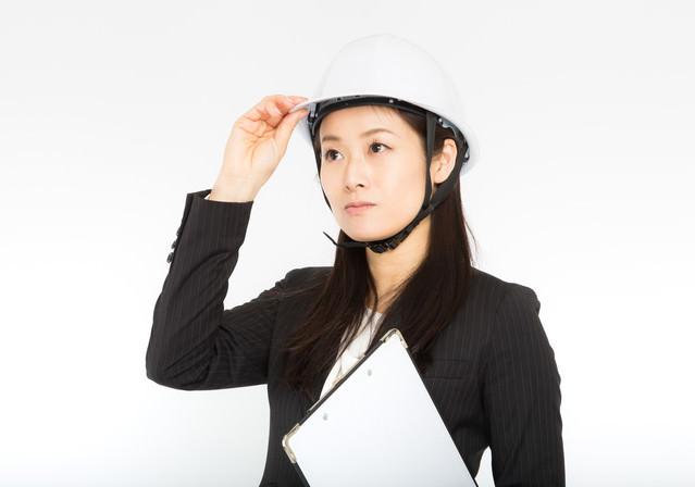 災害時はヘルメットを着用する女性社員の写真