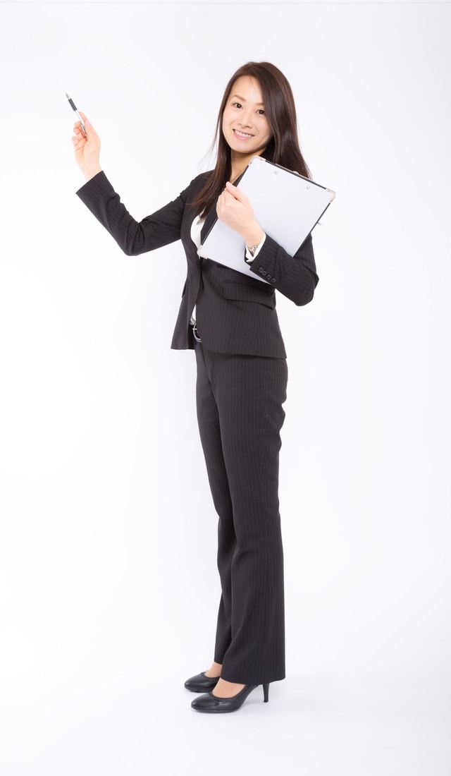 データを照らし合わせる女性社員の写真