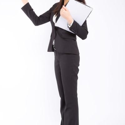 「データを照らし合わせる女性社員」の写真素材