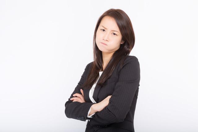 怒っているプンプン顔の女性の写真