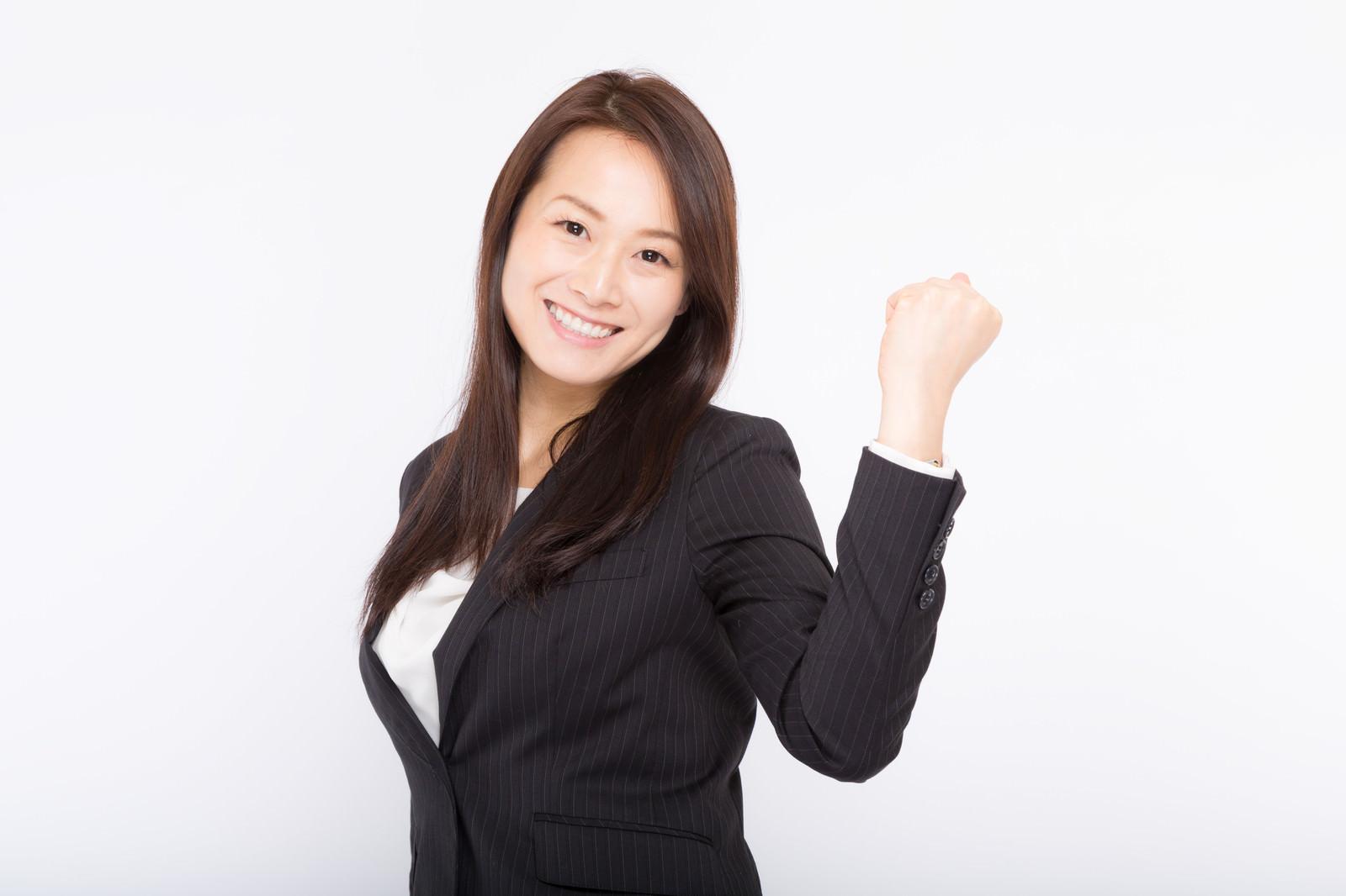 「笑顔で「頑張っていこうね!」と部下を激励する女性上司」[モデル:土本寛子]