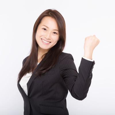 「笑顔で「頑張っていこうね!」と部下を激励する女性上司」の写真素材