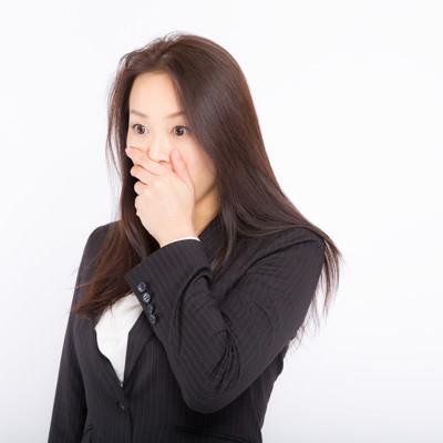 社内の惨憺たる現状に口を覆うしかない女性社員の写真