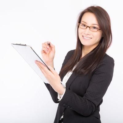 「チェック漏れを笑顔で確認してくる女性社員」の写真素材