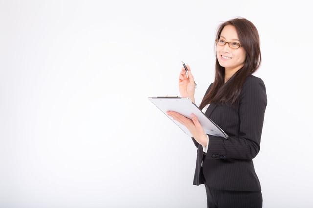 棚卸しをチェックする総務の女性社員の写真