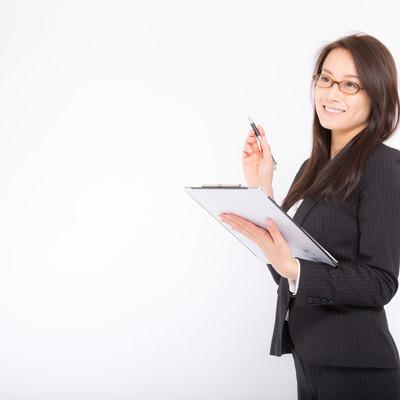 「棚卸しをチェックする総務の女性社員」の写真素材