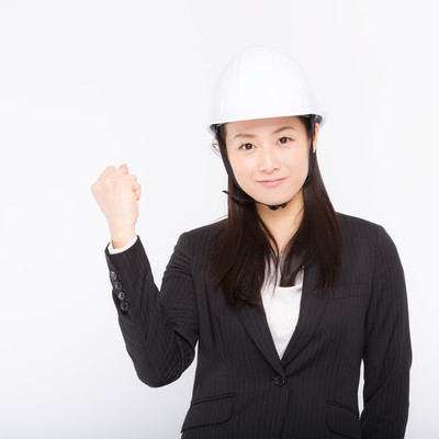 「安全宣言するヘルメットをかぶった女性」の写真素材