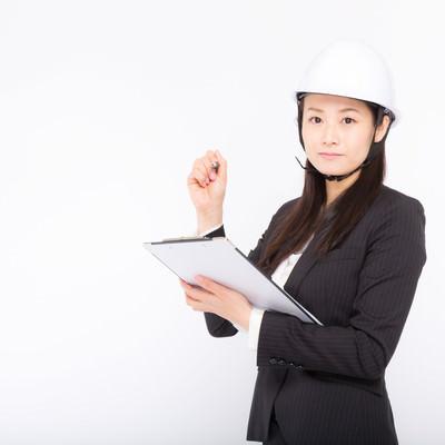 「安全管理を怠らない女性社員」の写真素材