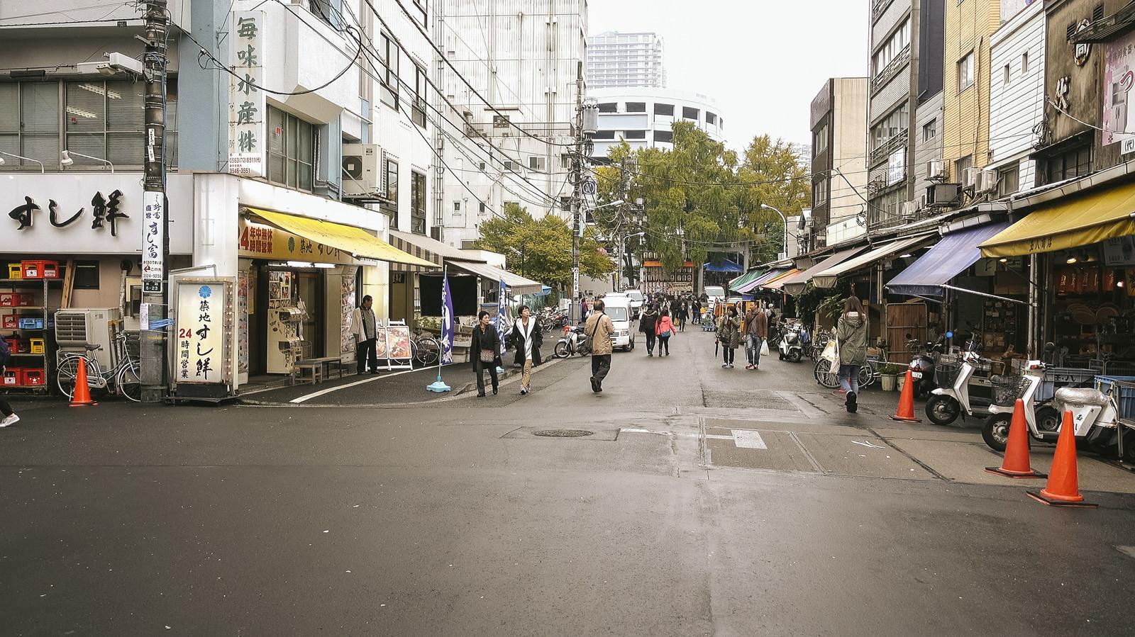 「昭和レトロな商店が立ち並ぶ築地場外市場」の写真