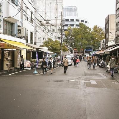 昭和レトロな商店が立ち並ぶ築地場外市場の写真