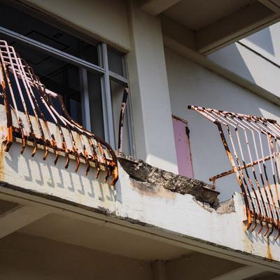 津波により折れ曲がった鉄柵(荒川小学校)の写真