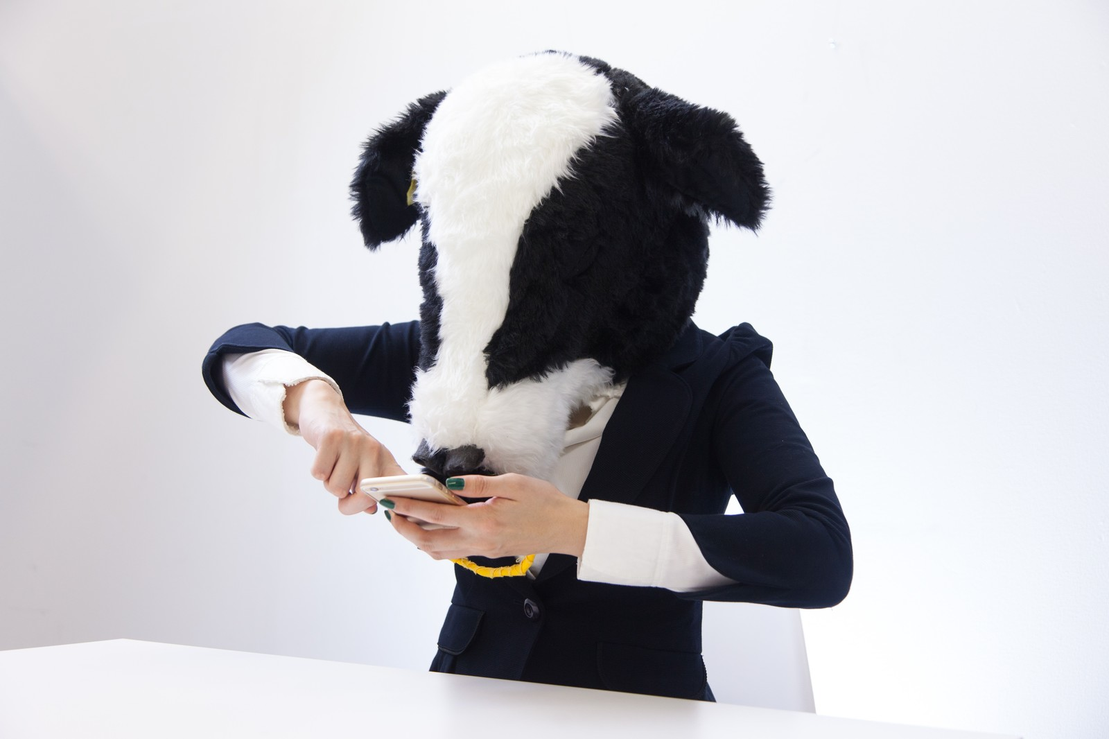 「スマホゲームに必死なエト牛」の写真[モデル:古性のっち]