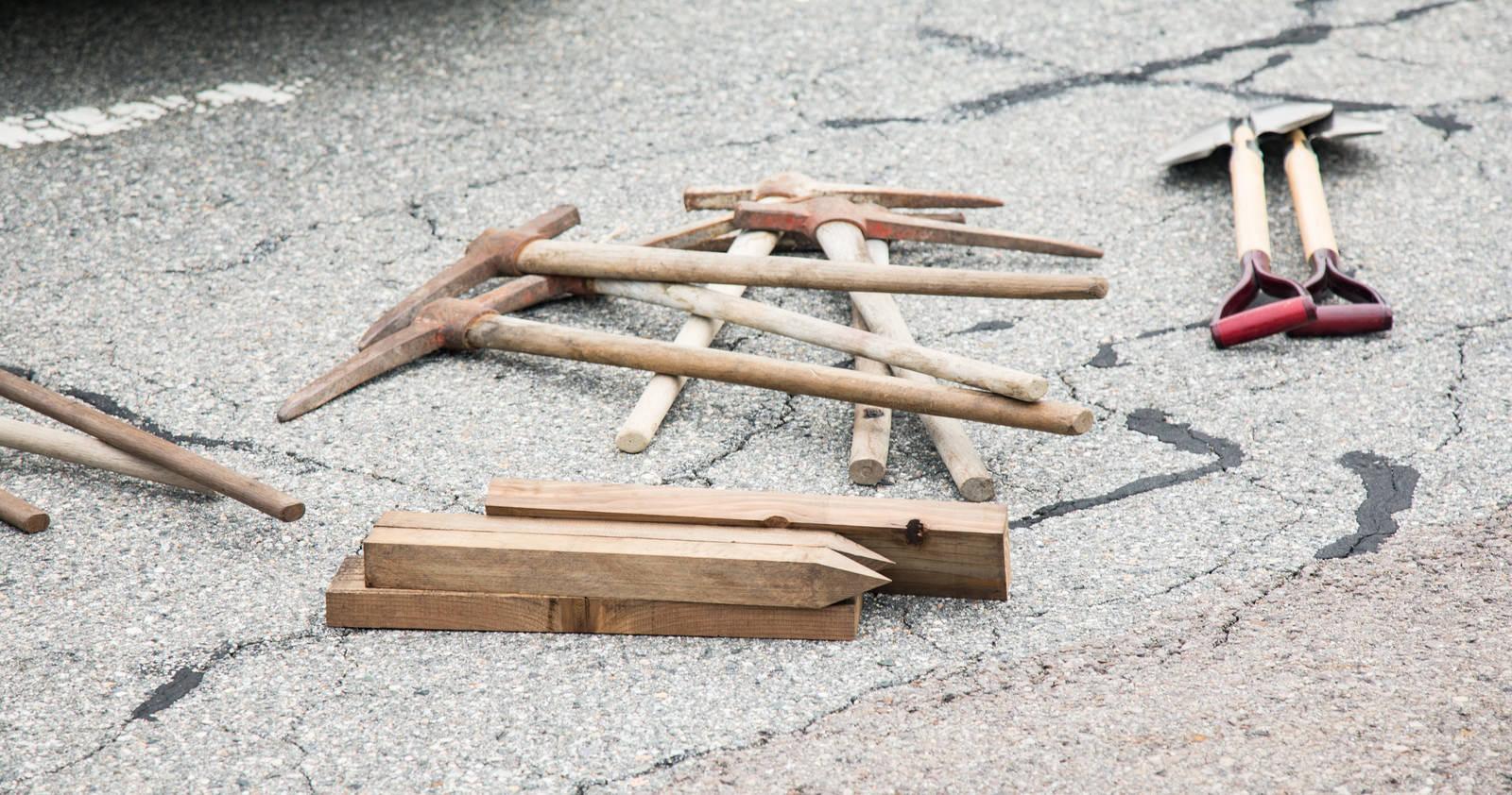「登山道整備に使用するツルハシ、杭、スコップ」の写真