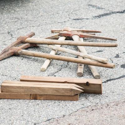 「登山道整備に使用するツルハシ、杭、スコップ」の写真素材