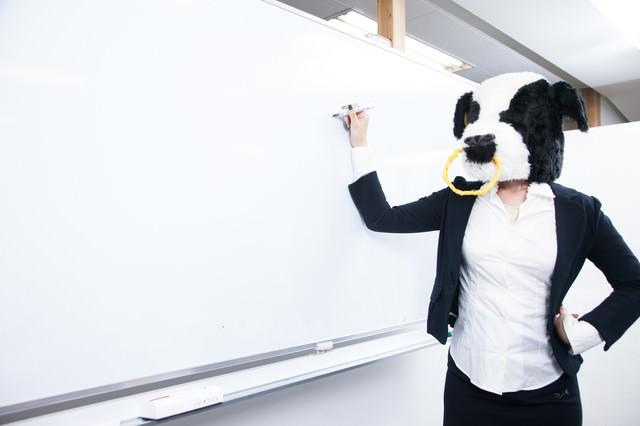 ホワイトボードに答えを書くエト牛先生の写真