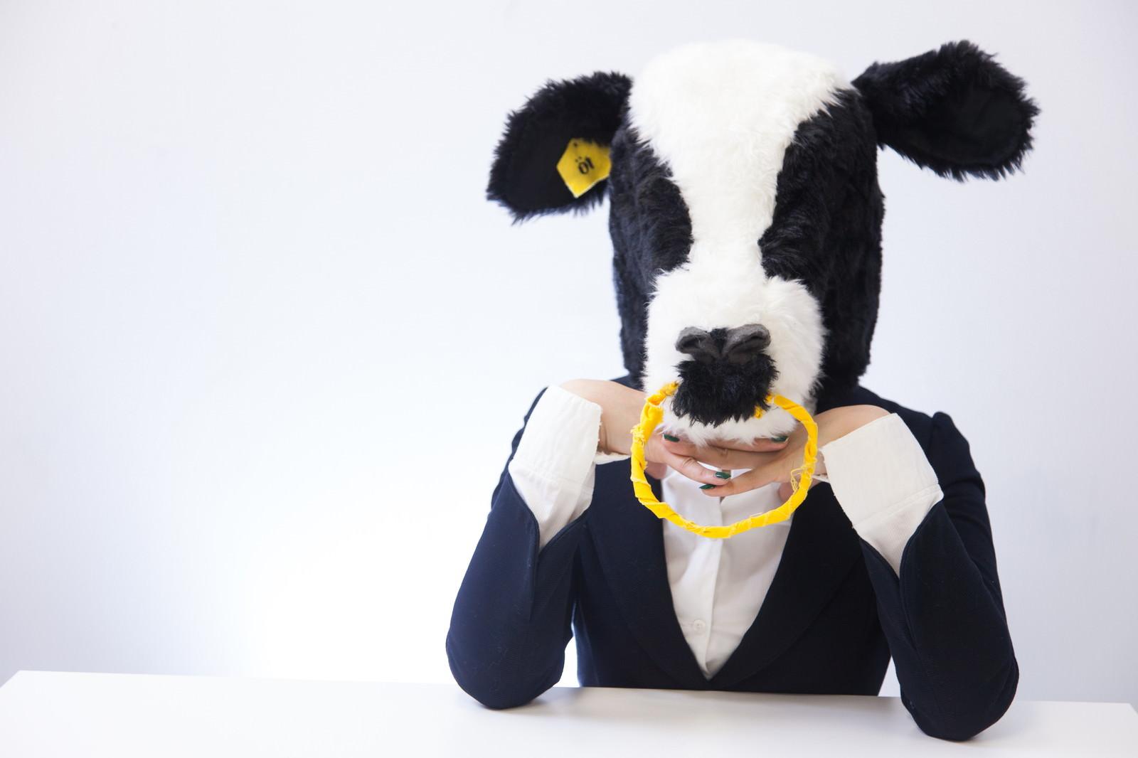「恋するエト牛恋するエト牛」[モデル:古性のっち]のフリー写真素材を拡大