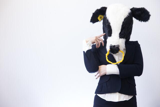 「ちょっと困ったな」考える牛さんの写真