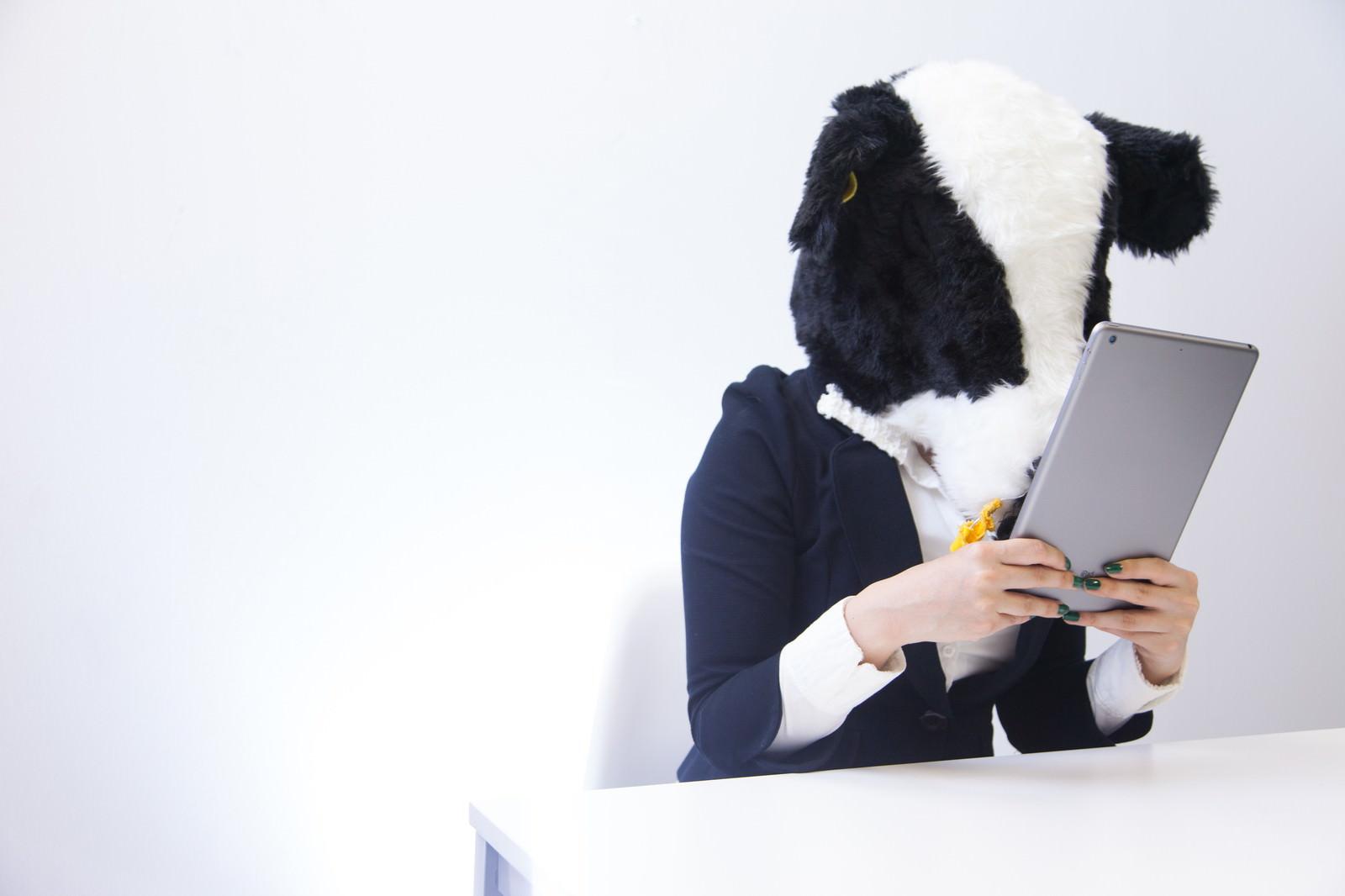 「バズった記事を二度見する牛ブロガーバズった記事を二度見する牛ブロガー」[モデル:古性のっち]のフリー写真素材を拡大
