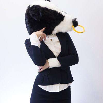 「物忘れが多い牛ガール」の写真素材