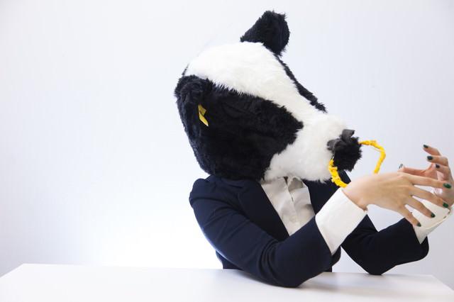ろくろ回しを練習するWeb系の牛部長の写真