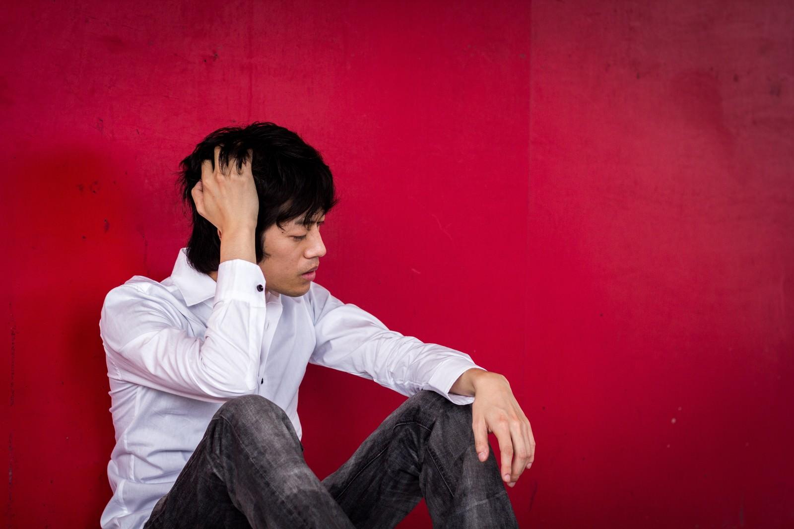 「独立するも赤字で頭が痛いフリーランス」の写真[モデル:Tsuyoshi.]