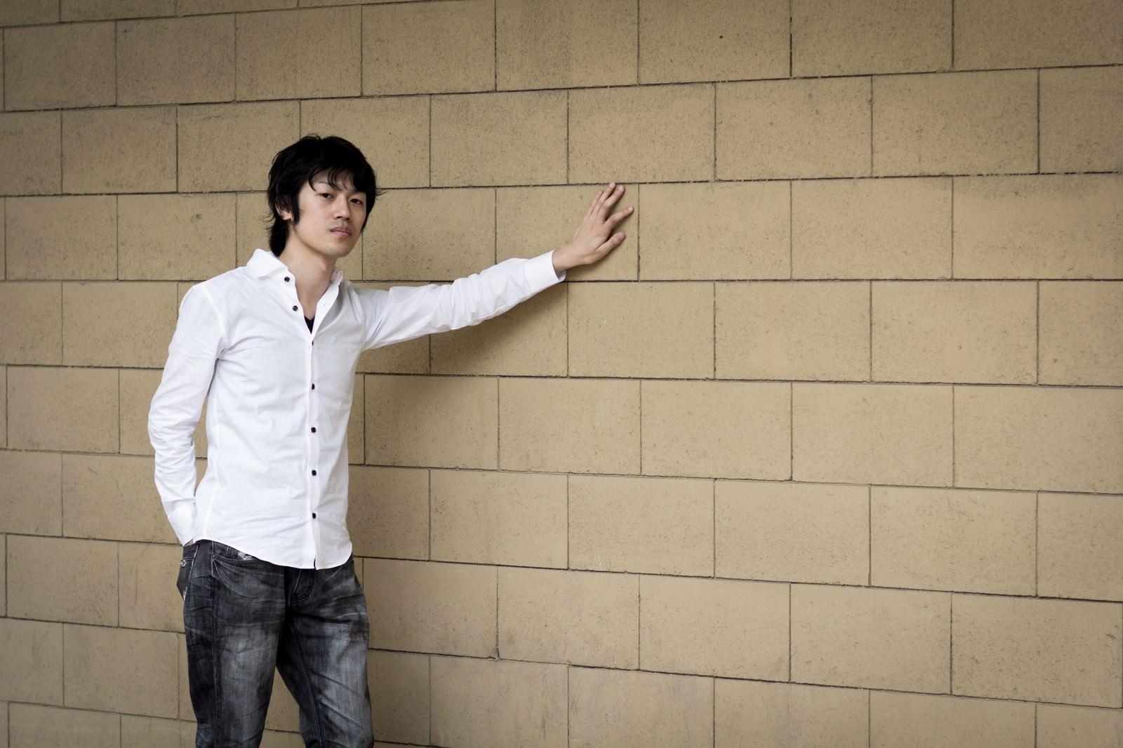 「ひとり壁ドン」の写真[モデル:Tsuyoshi.]