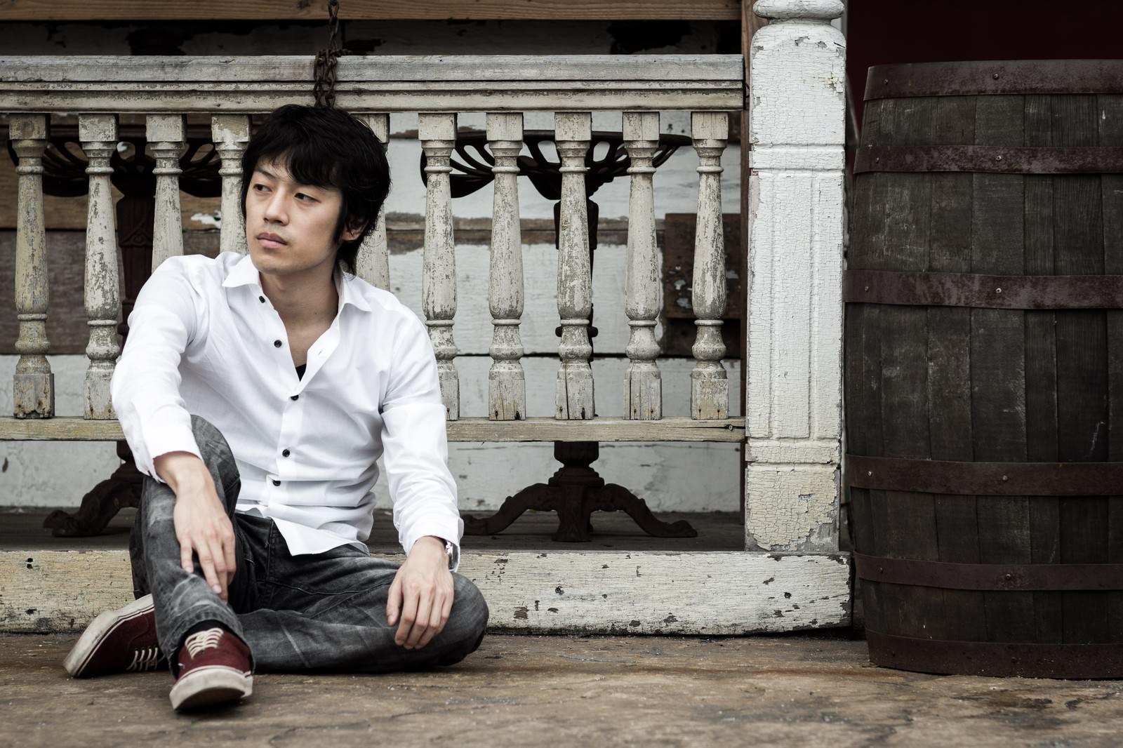 「気だるそうに座り込む男性気だるそうに座り込む男性」[モデル:Tsuyoshi.]のフリー写真素材を拡大