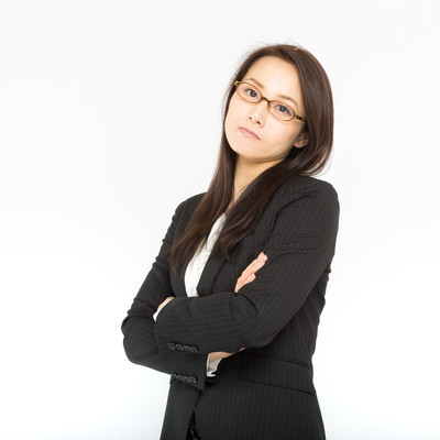イライラを隠しきれない女性社員の写真