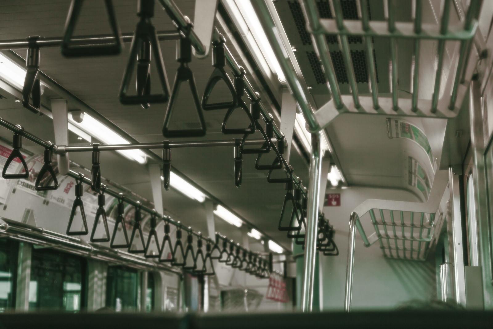 「電車内の吊革」の写真