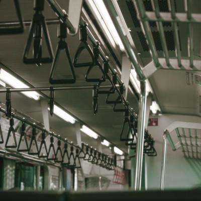電車内の吊革の写真