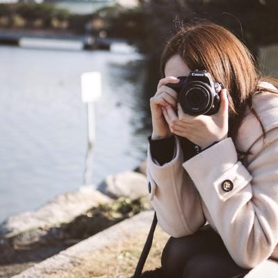 「デート中にカメラを向けてくる彼女」の写真素材