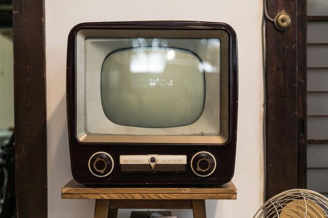 白黒アナログテレビの写真