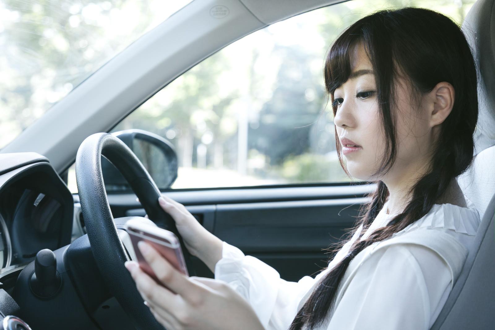 「スマホを見ながら運転するのは危険ですスマホを見ながら運転するのは危険です」[モデル:河村友歌]のフリー写真素材を拡大