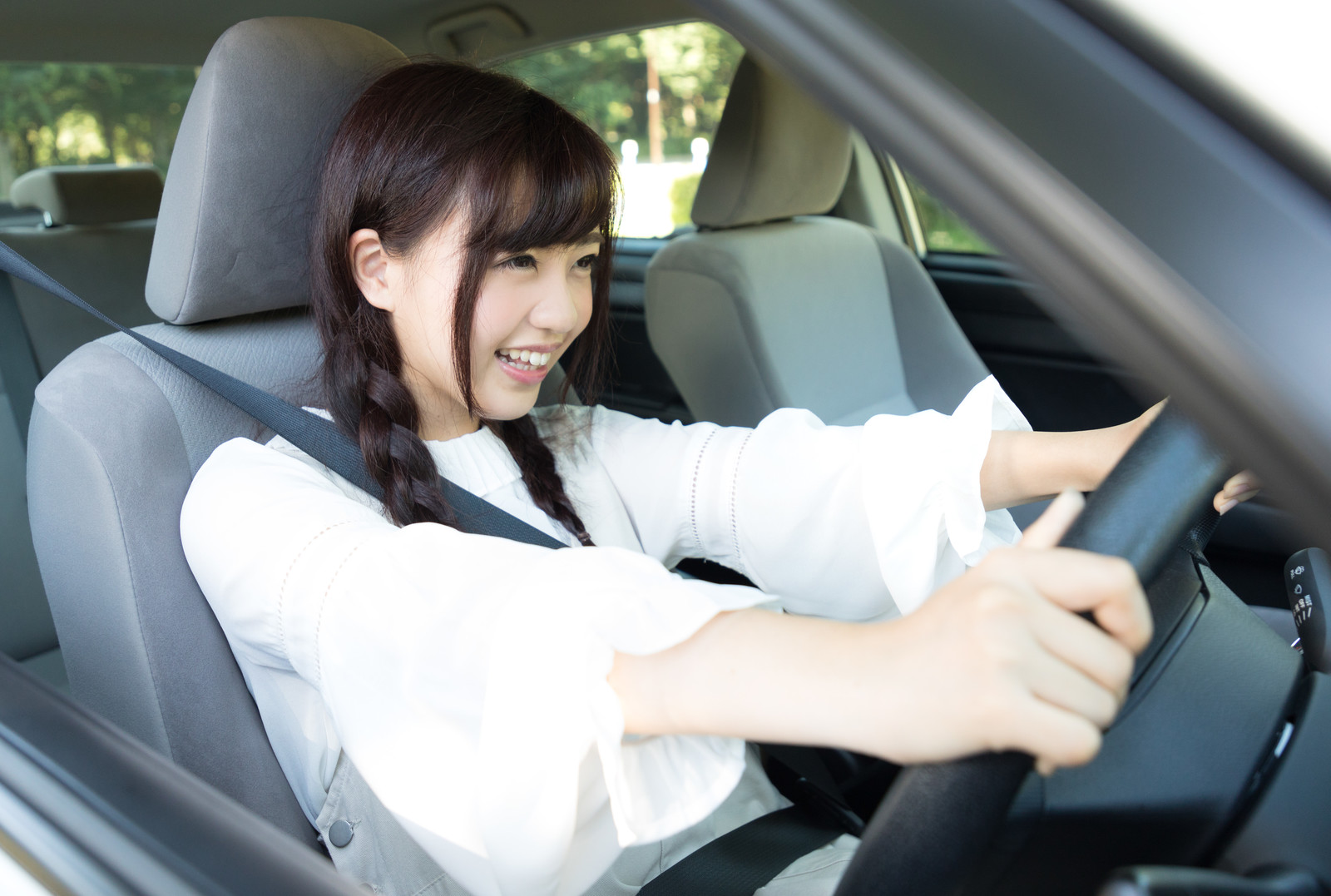 「今日は車で遠くへドライブ!今日は車で遠くへドライブ!」[モデル:河村友歌]のフリー写真素材を拡大