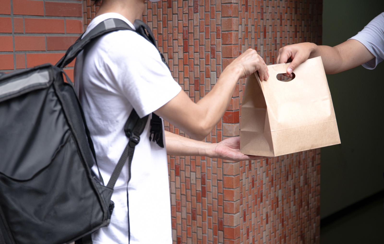 「ご自宅まで注文した商品を届けるフードデリバリー」の写真