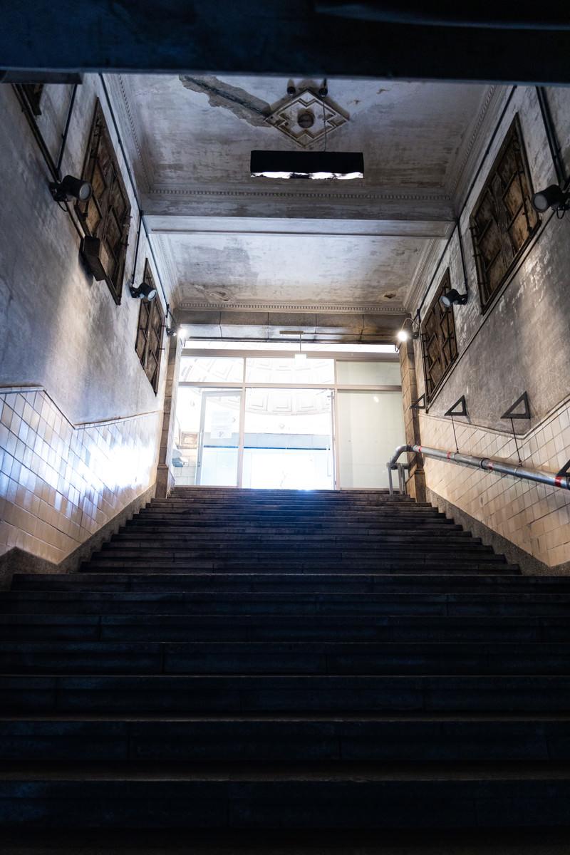 「旧博物館動物園駅の階段」の写真